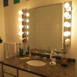 gran espejo, amplio lavatorio y mucha luz, muy agradable