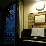 Бар отеля, скоро зазвучит пианино