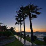 zachód słońca w ogrodzie hotelowym z zatoką