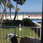 Alcudia beach från vår balkong på Las Palmeras (Sunwing).