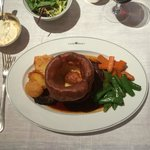 Roast beef, yorkshire pudding & vegetables