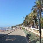 велодорожка и пляж напротив отеля