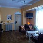 Salón amplio e iluminado con asientos cómodos.