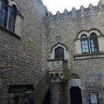 Il cortile di palazzo Corvaja con i pannelli.
