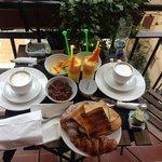 завтрак на балкон)
