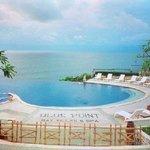 piscine et vue de l'hôtel