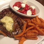 Ribeye, batata doce frita, salada de tomate e mozzarela