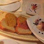 Sehr schön die Präsentation des 3-farbigen Brots mit dem Gruss aus der Küche!