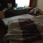 Das Bett irgendwie reingequetscht - nach etlichem Möbelrücken