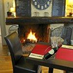 Une salle chaleureuse et conviviale avec sa cheminée...