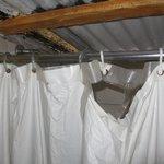 "Detalle de la ""cortina de ducha"" el baño un Horror"