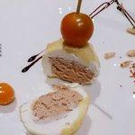 Foie Travi envuelto en queso fresco con manzana y piñones.