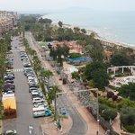 Вид из отеля на парк и побережье.