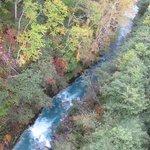 不思議な色の川