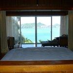 oberes Zimmer der Villa: Blick aufs Meer vom Bett aus