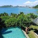 Privatpool der Deluxe Villa mit Blick auf die Korallenbucht