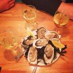 La formule a 10€: 1 verre de vin & 6 huîtres! Du bonheur iodé à partager :)