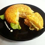 tortilla española rellena de camarones aguacate ensalada