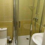Geneva City Standard Double Room-Bathroom