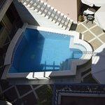 Sicht von Sonnenterrasse auf Pool im Innenhof