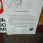 I proprietari invitano i commensali a lasciare il cane fuori o in macchina durante il pasto.