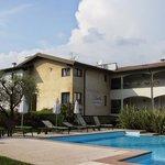 L'arrière de l'Hôtel Bella avec le jardin et la piscine