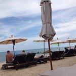 Strand mit Hotel Liegen und Sonnenschirm