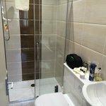 Große Dusche, etwas enger auf der Toilette