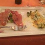 Vorspeise: grüner Spargel, überbacken mit Parmesan, dazu italienischer Rohschinken und Salat