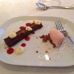 dessert, chokoladekage med rababer og hindbær is