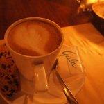 食後のカフェラテ。大好きなビスコッティも付いてきました!