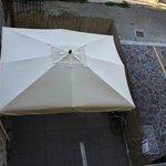 sotto l'ombrellone il cortiletto per il parcheggio bici