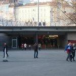 Acceso desde la plaza a estación del Metro
