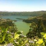 vorne Lagoa Verde, hinten Lagoa Azul