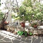 Panoramica del patio davanti all'ostello