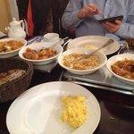 vlnr: ghobi aloo, bombay potatoes, chicken vindaloo, chicken bhuna, plus aloo paratha im korb