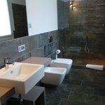 la très belle et spacieuse salle de bain