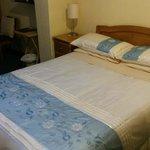 L'un des deux lits de la chambre