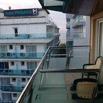 Боковой Вид на море с балкона отеля. 5 этаж. Всего в отеле 6 этажей.