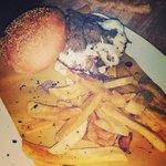 IL TRIFULOTTO : hamburger di Fassone piemontese si letto di stracchino, con uovo al tegamino e t