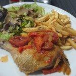 poulet basquaise frites salade. excellent