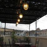 la terrazza con i caratteristici lampioncini