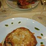 Mit Parmesan überbackene Auberginen