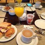 En el  desayuno había lo justo y necesario, ni mas ni menos