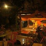 洞窟内の寝仏
