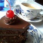 Otra presentación de pastel de chocolate, también rico pero parecía de días.