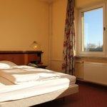 Premiumzimmer mit King Bett im EG (Rollstohlgerecht) und Blick zum Sonnenaufgang