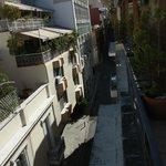 Вид с балкона где сервируют завтрак на улочку