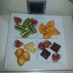 Assiette de fruits et petits gateaux
