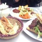 Picknickkorb, Hamburger und Minzetee